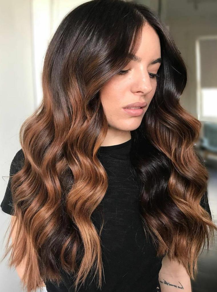 Schiariture capelli, acconciatura capelli lunghi ondulati, ciocche di colore caramello