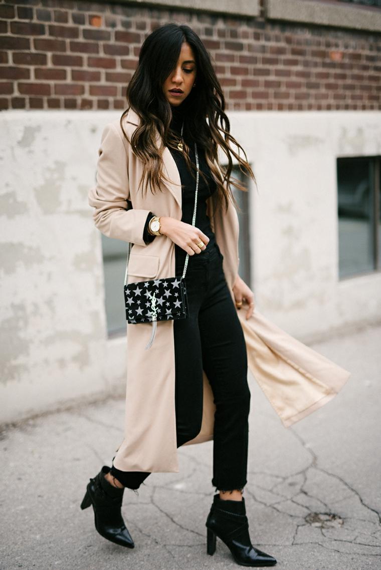 Balayage caramello, acconciatura capelli medi ondulati, ragazza che cammina per strada