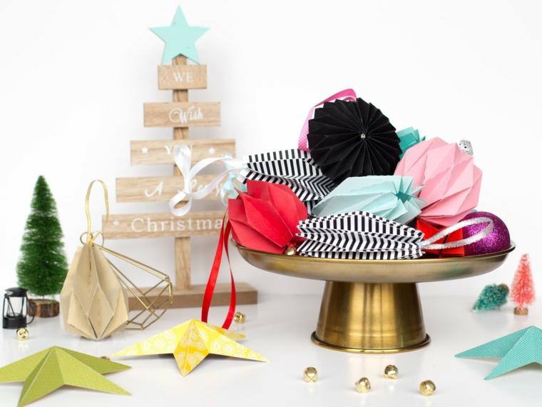 Origami istruzioni, decorazioni per l'albero con stelle di carta origami piegata