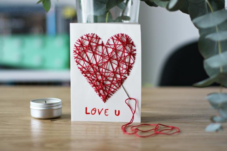 Regalo cartolina per la Festa di San Valentino, cartolina con cuore cucito filo rosso