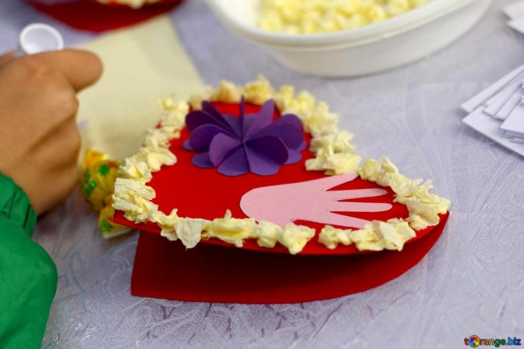 Cartolina a forma di cuore con fiore origami, regalo per la festa di san valentino