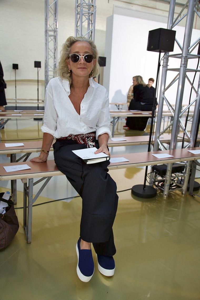 Donna con un outfit casual, tagli capelli estate 2020, donna seduta con occhiali da sole