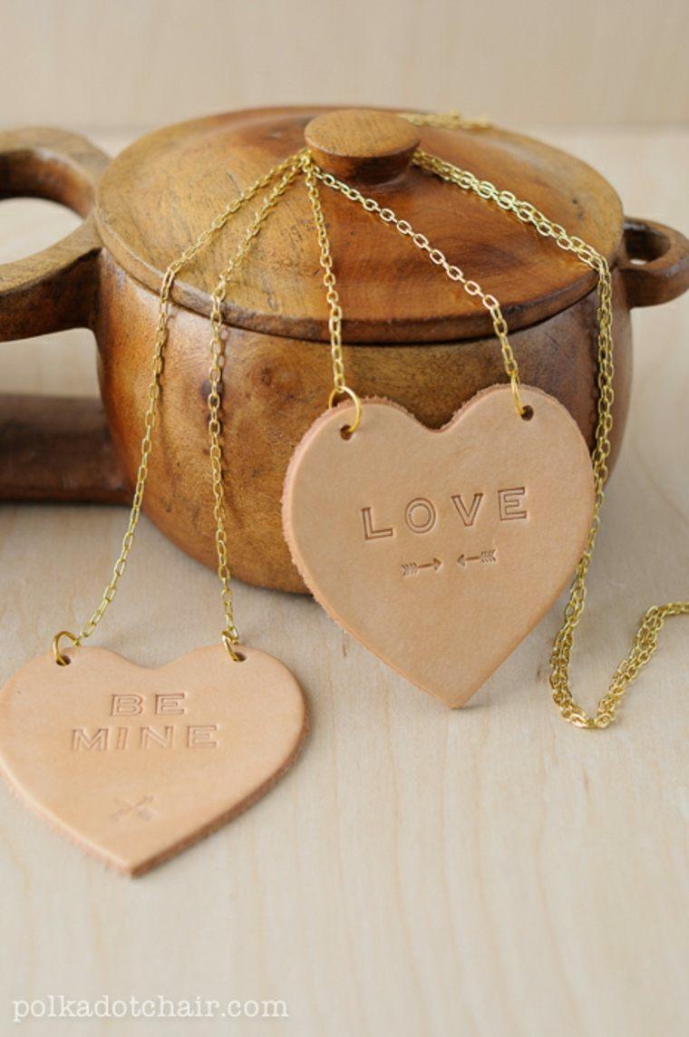 Cuori di pelle con scritta incisa, idea regalo per la festa di san valentino