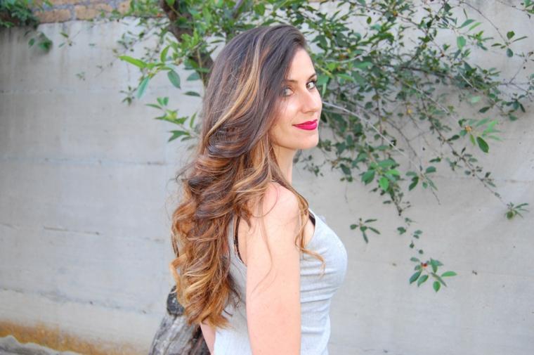 Colore capelli autunno 2020, acconciatura per capelli lunghi e ricci di colore castano caramello