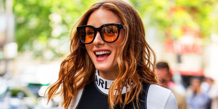 Capelli castani con riflessi, ragazza sorridente con occhiali da sole, capelli castani con balayage