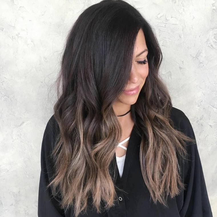 Capelli sfumati, acconciatura capelli lunghi ondulati, sfumature caramello chiaro