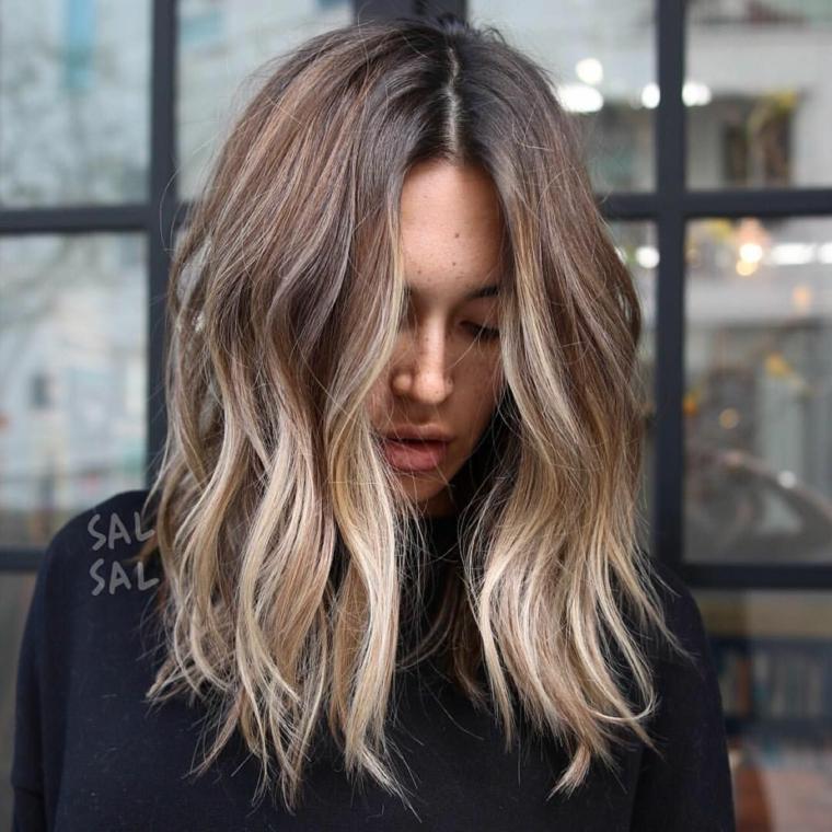Capelli castani con riflessi, acconciatura capelli medi lunghi davanti colore caramello