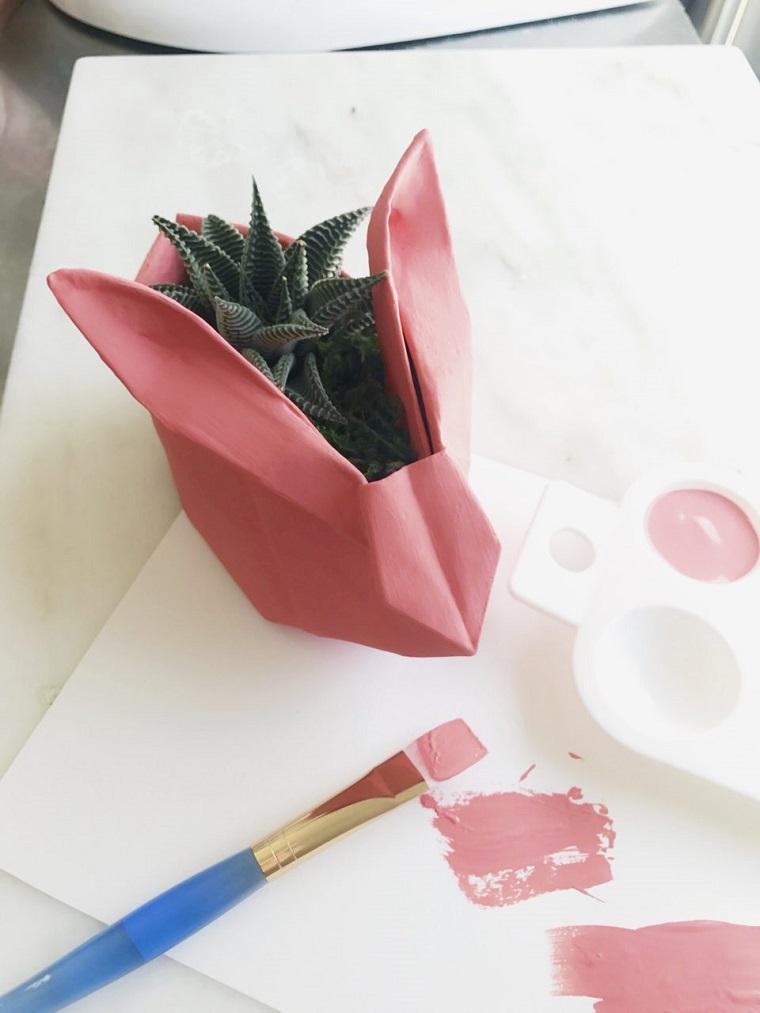 Origami facili per bambini, cestino coniglio come vaso per pianta grassa, pennello con vernice di colore rosa