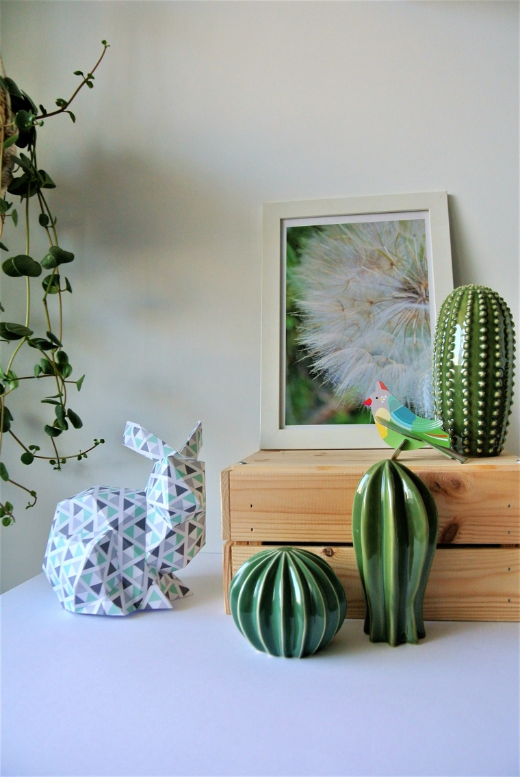 Lavoretti facili, coniglio di carta colorata per origami, mobile decorata con cassetta di legno e cactus