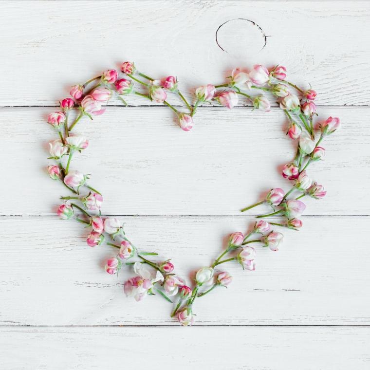 Idea regalo per 14 febbraio, corona a forma di cuore con fiorellini colorati