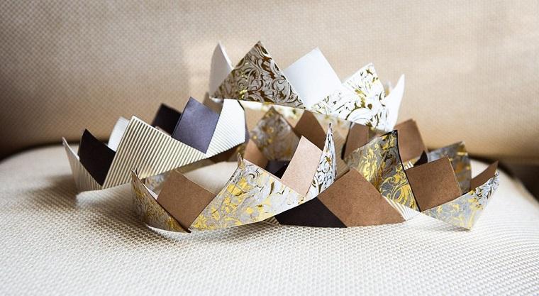 Lavoretti di carta facili, corona con dischetti triangolari di carta colorata per origami