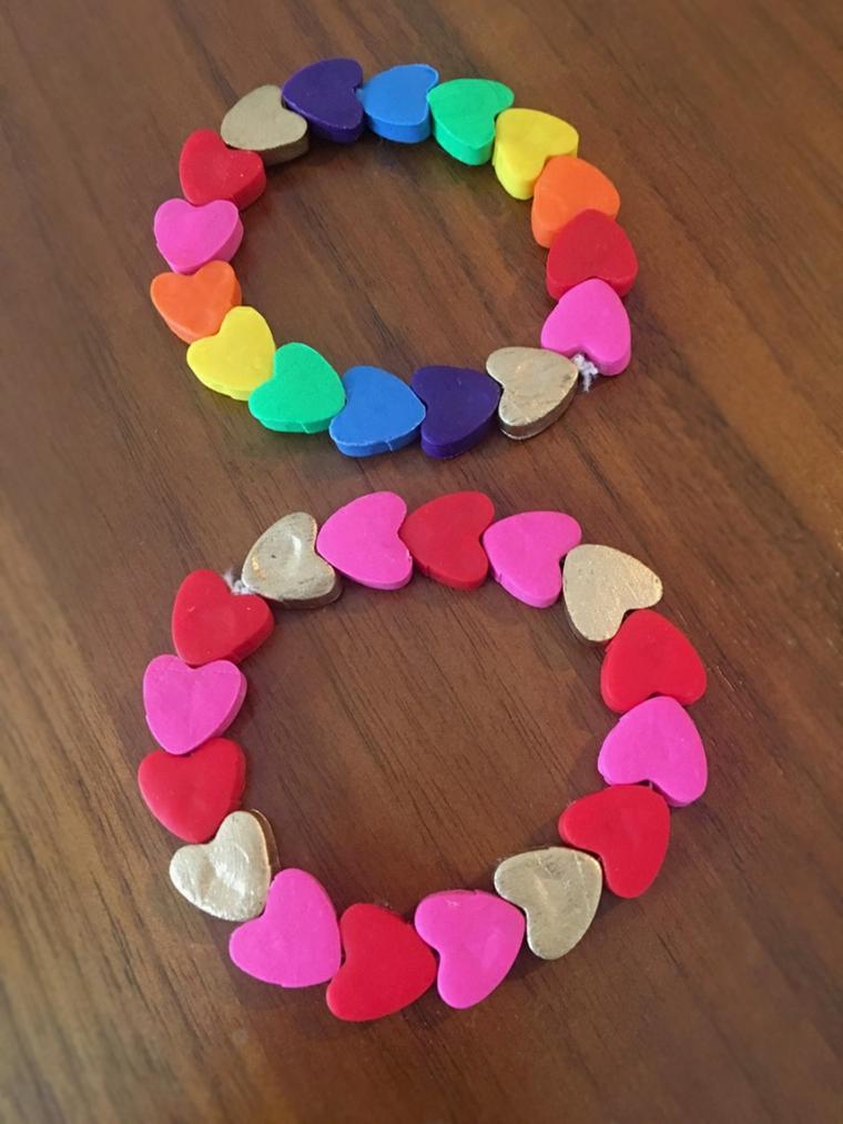 Idee regalo per san valentino, braccialetto di cuori di argilla polimerica colorata