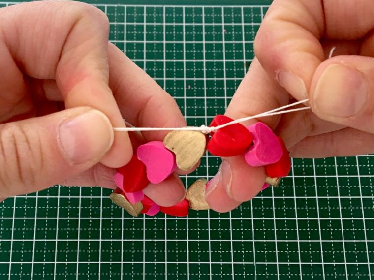 Regali san valentino per lei, braccialetto con filo elastico e cuori di argilla polimerica colorata