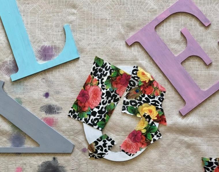 Regali romantici per lei, lettere di legno dipinti con colori, decoupage con carta print floreale