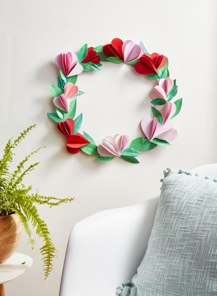 Cosa regalare a san valentino, corona con petali di carta colorata attaccati alla parete