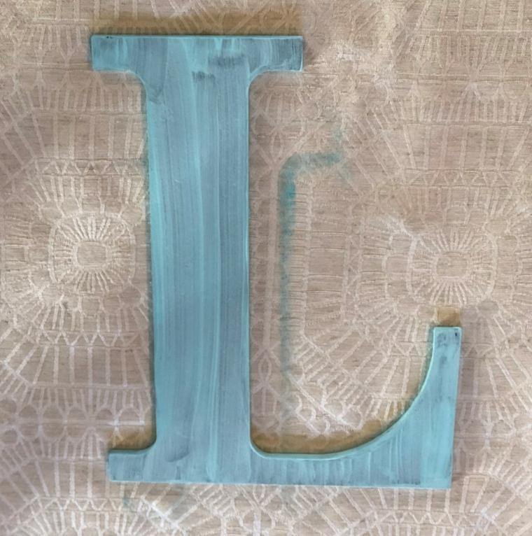 Regali da fare a san valentino, lettera L di legno colorata di colore blu