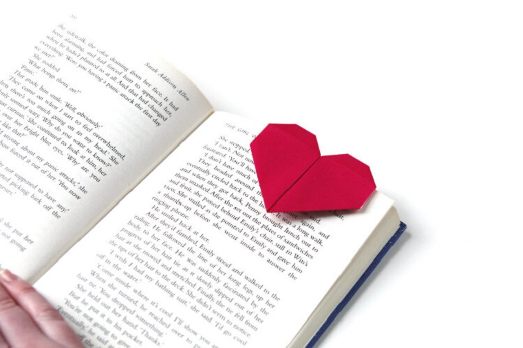 Regali fai da te per san valentino per lui, segnalibro origami con foglio di colore rosso