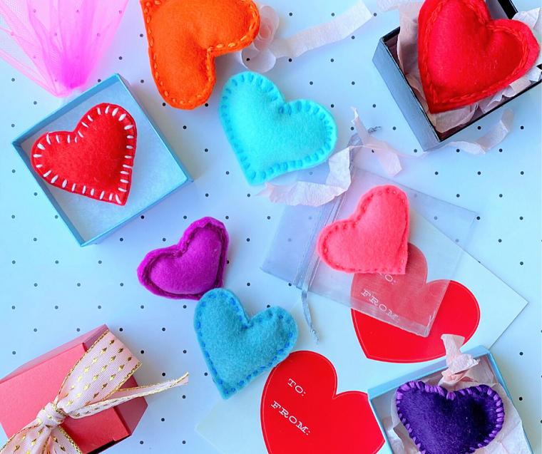 Cosa regalare a San Valentino, scatola con cuori di feltro cuciti, bigliettino a forma di cuore