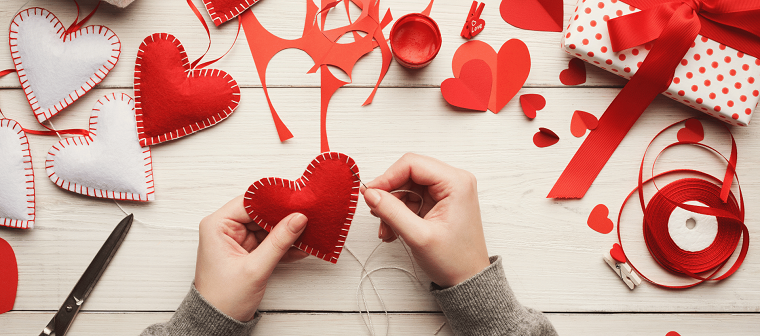 Cucire con ago e filo, cuori di stoffa imbottiti per la festa di san valentino