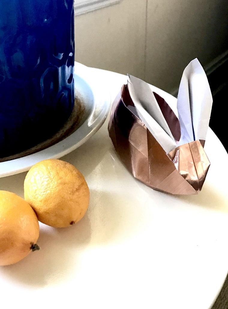 Origami facile, coniglio di carta colore oro, cestino forma coniglio origami
