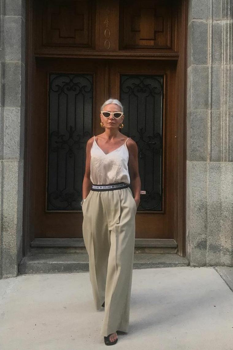 Tagli corti femminili, donna che cammina indossando un pantalone beige palazzo