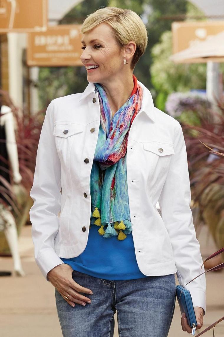 Donna con un taglio corto asimmetrico, tagli corti femminili, donna con una giacca di jeans