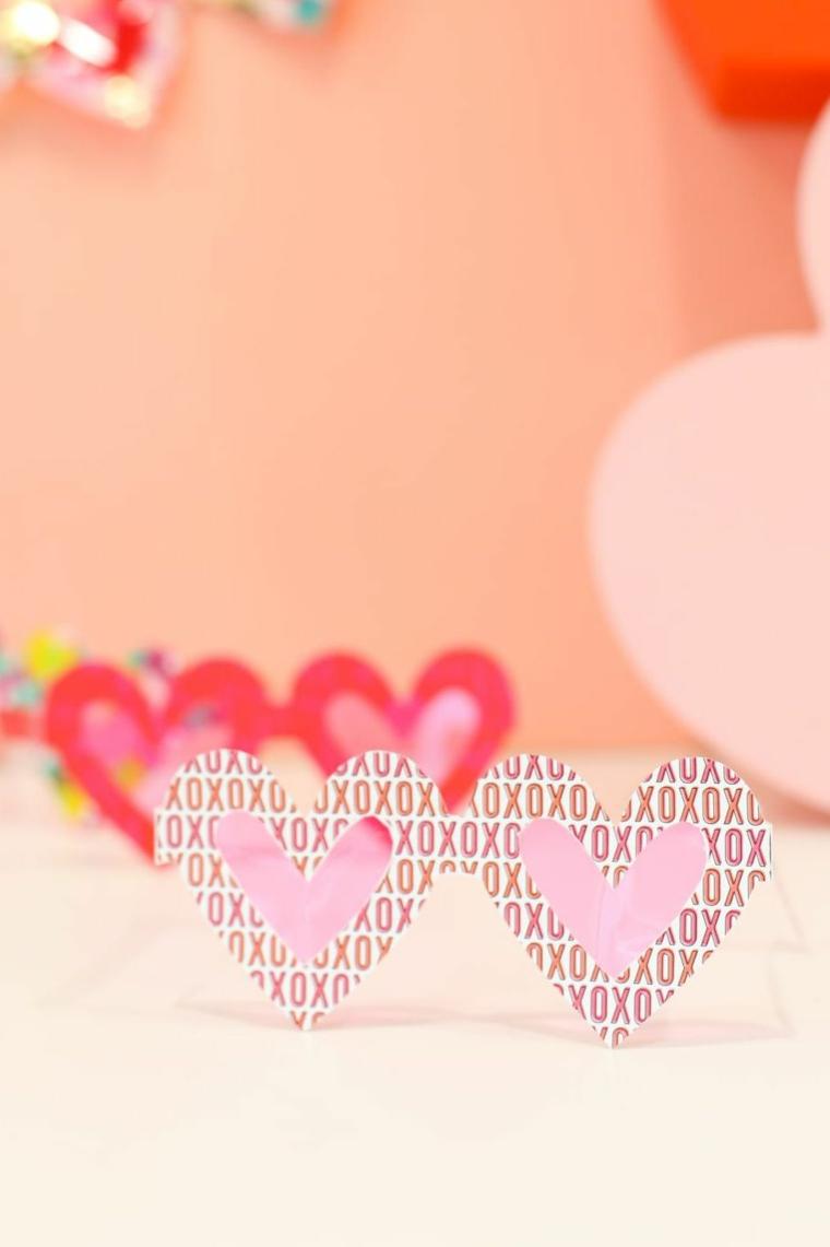 Cosa regalare a san valentino, occhiali a forma di cuore con scritte in inglese