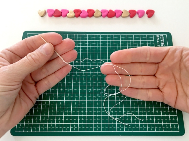 Cosa regalare a san valentino a lei, filo elastico per braccialetto con ago da cucire