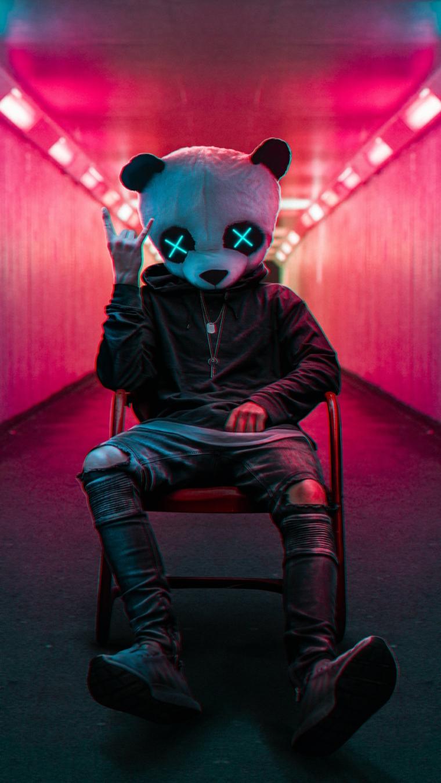 Sfondi per telefono, foto di un ragazzo seduto con la testa di una panda