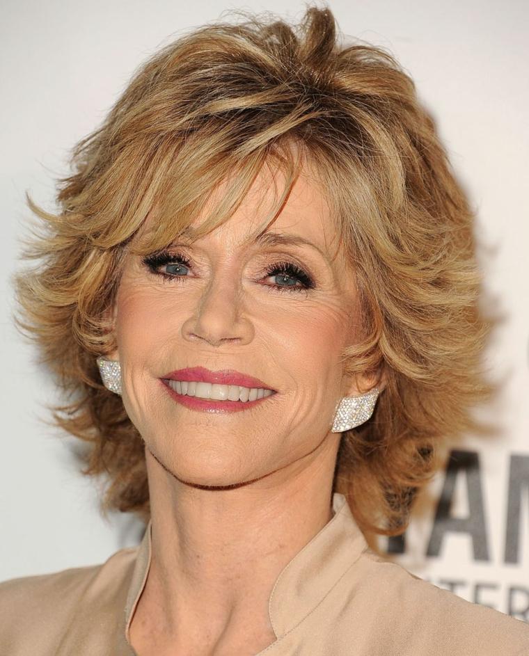 Taglio capelli corti 2020 donne 50 anni, Jane Fonda con capelli biondi e frangetta