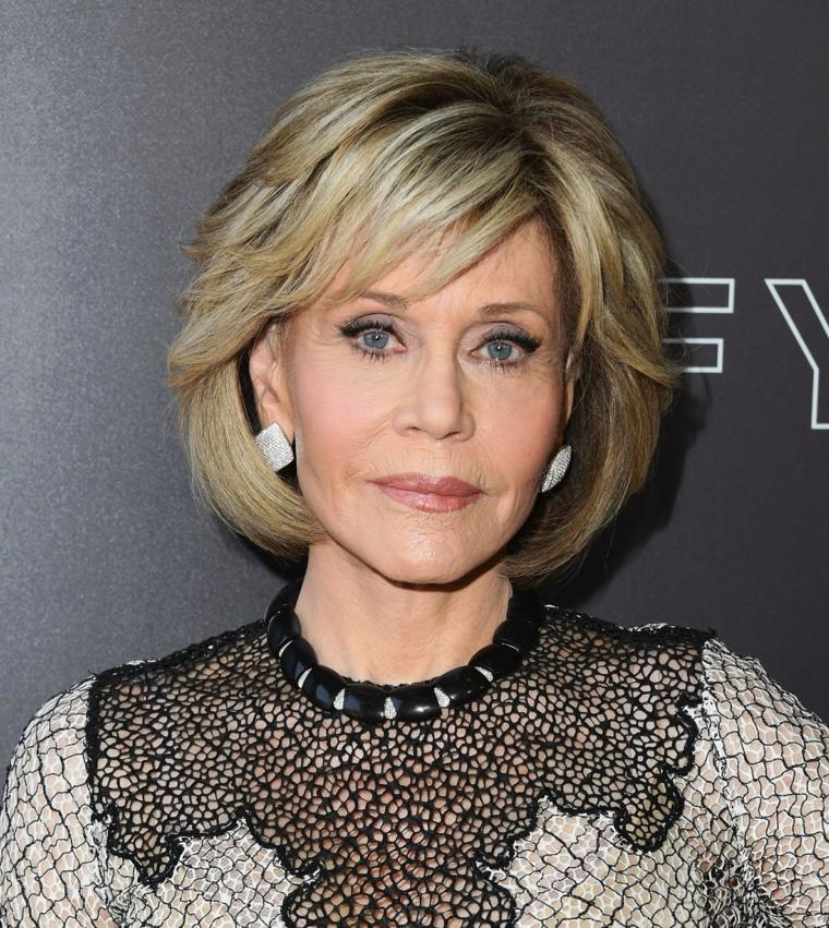 Capelli corti donna 2020, Jane Fonda con capelli di colore biondo e frangetta laterale