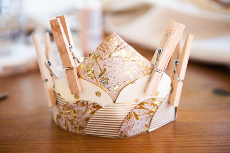 Origami facilissimi, corona con dischetti dalla forma circolare fissati con mollette di legno