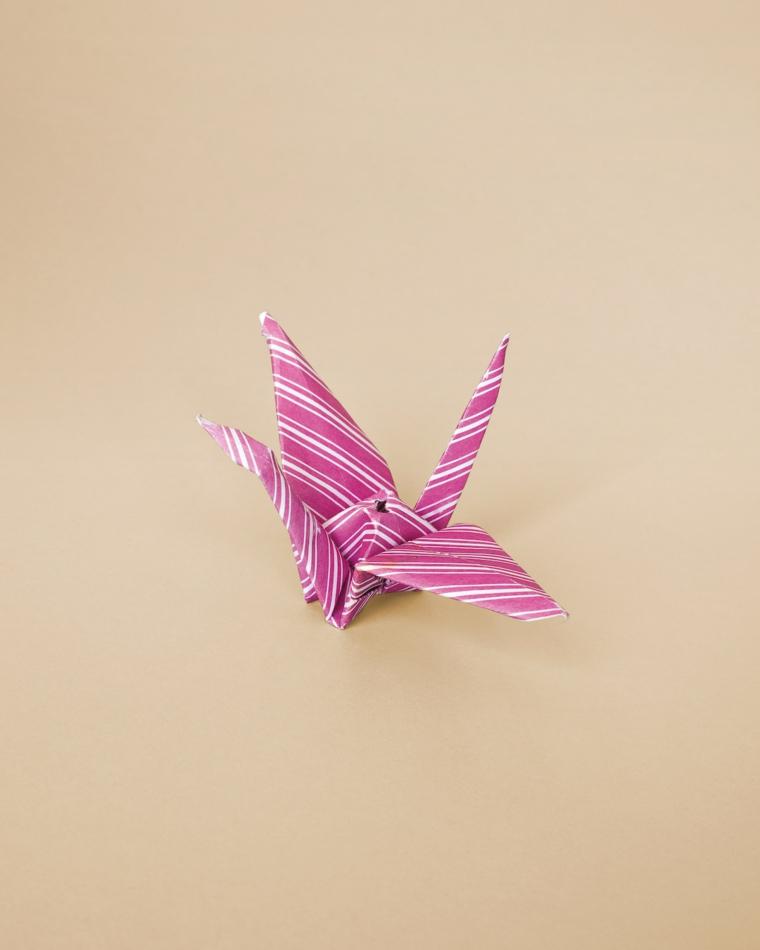 Origami facili per bambini, cigno origami di carta piegata di colore viola