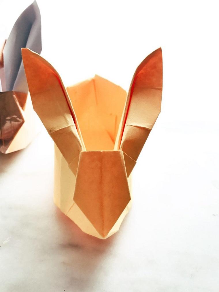 Origami facile, coniglio di carta spessa di colore arancione, carta colorata per origami