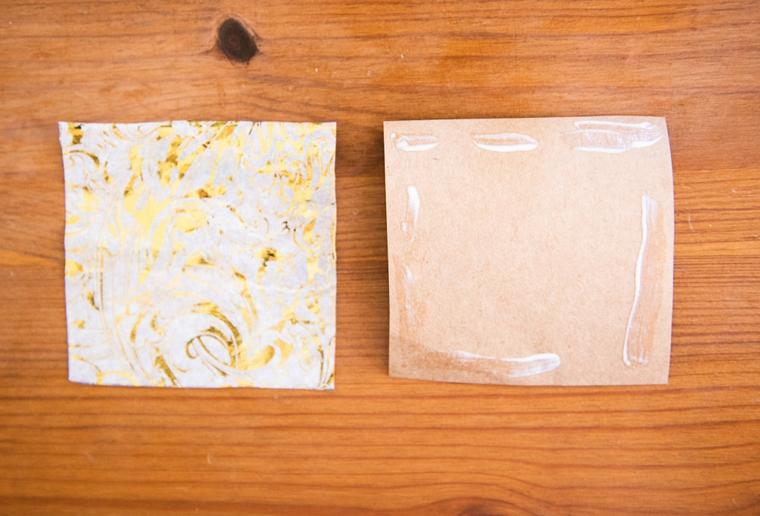 Due quadrati di carta fissati con colla, origami facili per bambini, foglio di carta con colla vinilica