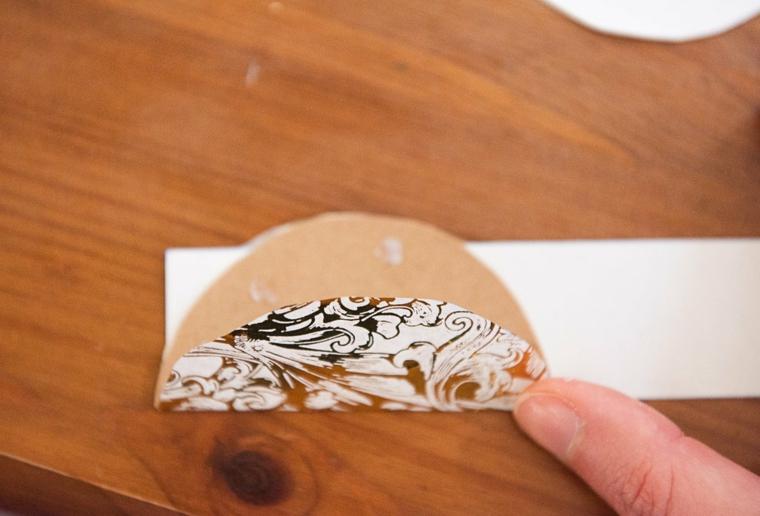 Origami istruzioni, dischetti di carta colorati incollati su una striscia bianca