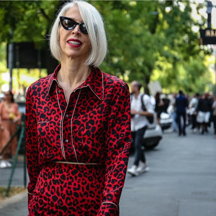 Tagli capelli estate 2020, donna che cammina con occhiali da sole e rossetto rosso