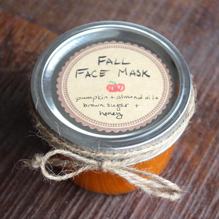 Maschera purificante viso, barattolo di vetro con trattamento alla zucca e miele