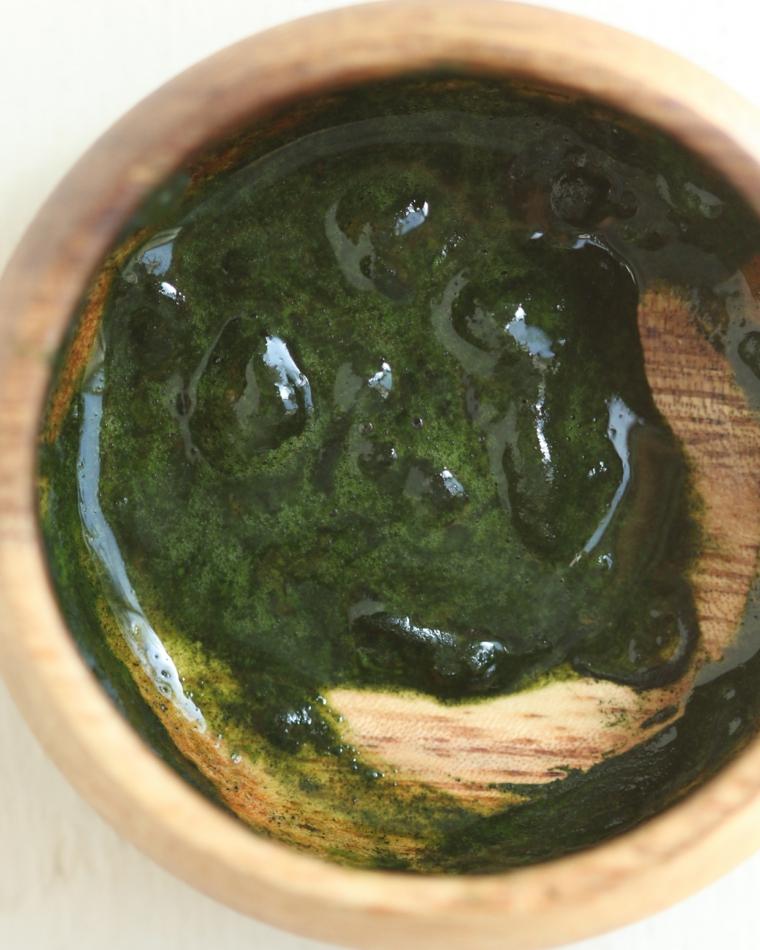 Piattino di legno impasto cremoso di colore verde, maschera viso fai da te