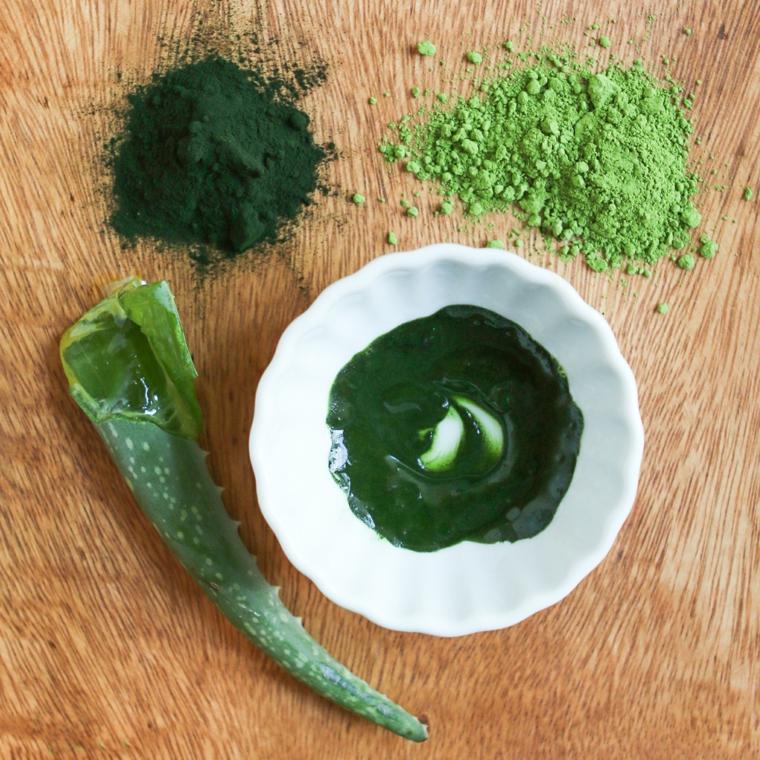 Maschera viso purificante, ciotola con polvere verde di tè matcha e foglia di aloe vera