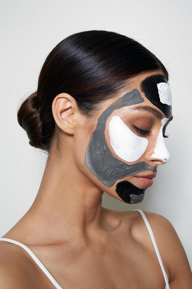 Maschere sul viso di una donna, maschera idratante viso fai da te, donna con capelli legati a chignon