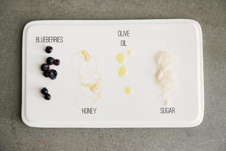 Ingredienti su un coperchio di plastica bianca, maschera viso idratante fai da te