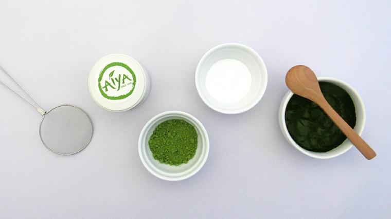 Maschera purificante viso, ciotole con polvere e argilla al tè verde matcha