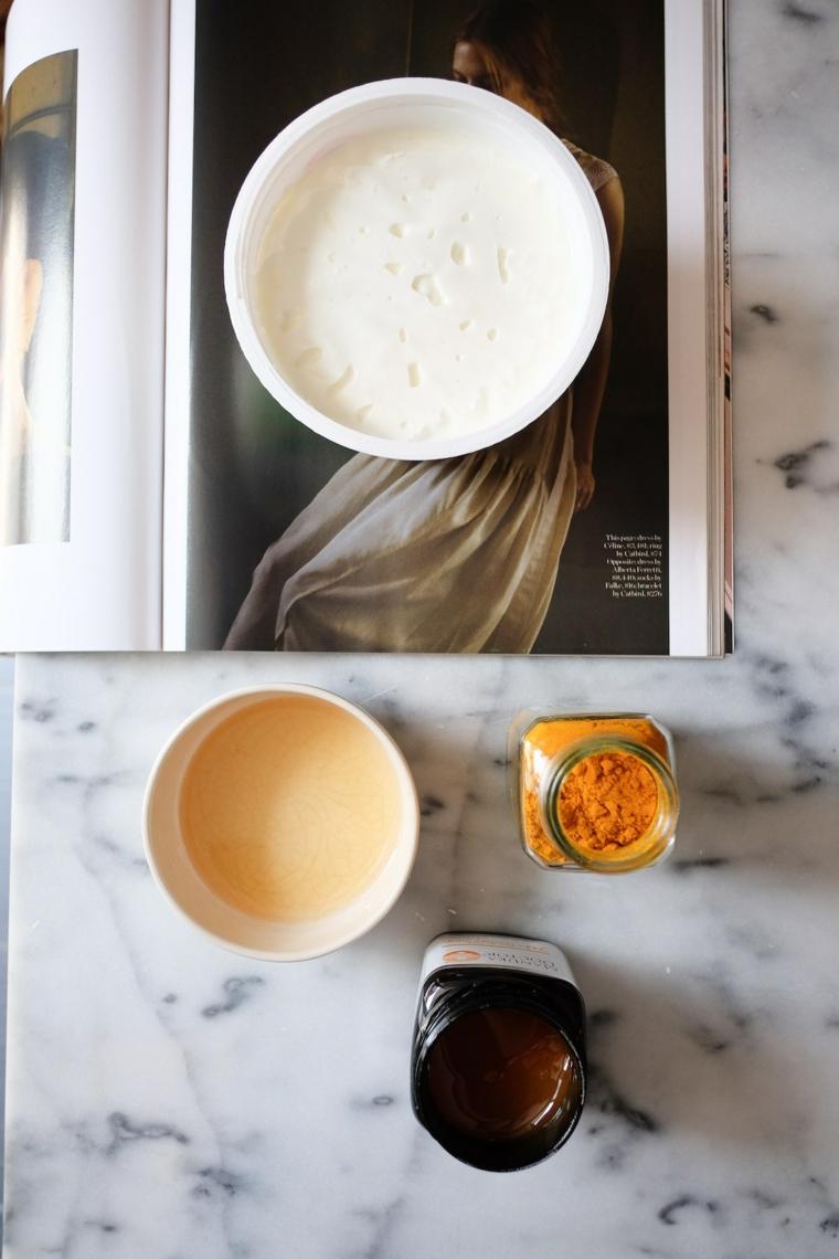 Maschera viso purificante, ciotole con ingredienti su una rivista, barattolo con miele di manuka