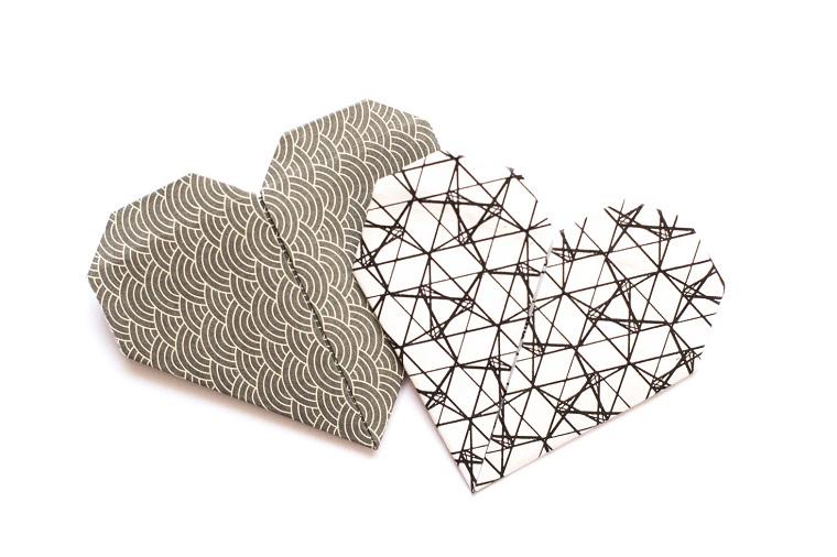 Origami semplici, due cuori origami di carta di colore grigio, come piegare la carta
