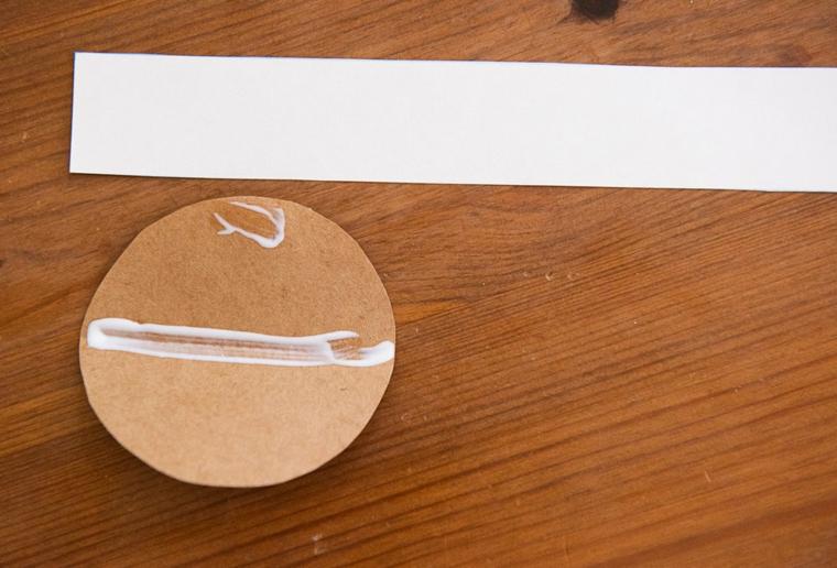 Lavoretti per bambini facili, dischetto di carta con colla, striscia rettangolare di carta
