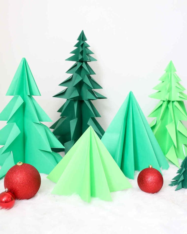 Alberi di Natale di fogli di carta piegati, palline natalizie rosse, origami facilissimi