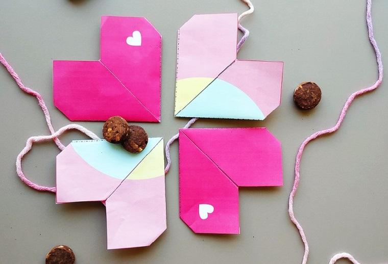 Lavoretti di carta facili, cuori origami legati insieme con un filo di colore rosa