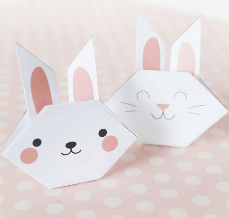 Lavoretti di carta facili, coniglio origami di carta di colore bianco con disegno della faccia