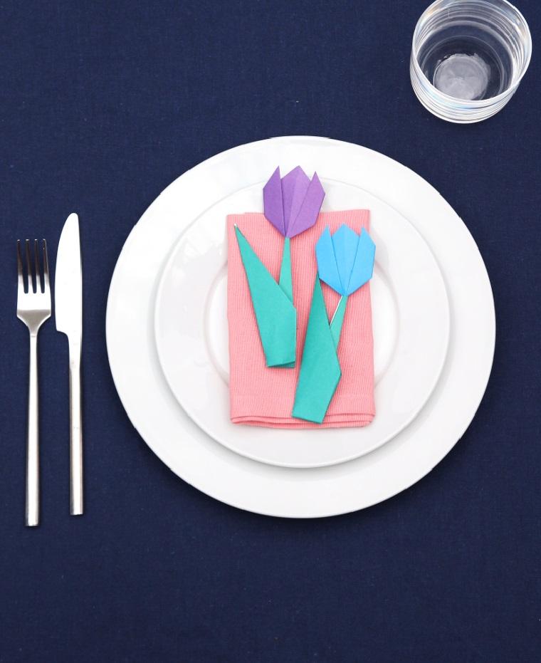 Lavoretti facili, segnaposto con tovaglioli e fiore di origami, tulipani di carta origami